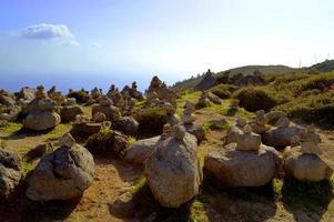 Pierres en équilibre au sommet de Foia, la plus haute montagne de l'Algarve photo