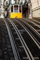 tramway de lisbonne dans le quartier du bairro alto, lisbonne.