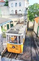 Funiculaire de Lisbonne sur la rue calcada do lavra