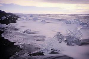 Glace sur la plage - lever du soleil à Joksulsarlon Islande