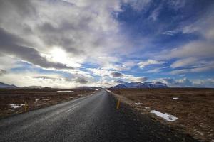Paysage de volcan enneigé avec des nuages dramatiques en Islande