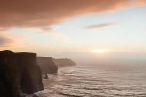 falaises de moher au coucher du soleil en co. Clare Irlande