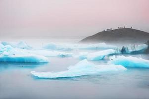 icebergs bleus dans la lagune glaciaire de jokulsarlon.