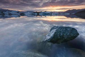 Icebergs dans le lac glaciaire de Jokulsarlon au coucher du soleil