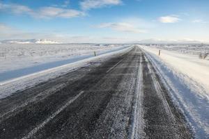 Route asphaltée d'hiver couverte de neige, Islande