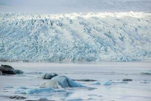 Icebergs au lac glaciaire et montagnes, Fjallsarlon, Islande
