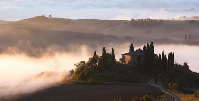 Tôt le matin avec du brouillard en Toscane, Italie