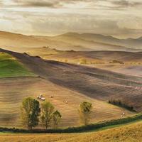 belle lumière du soleil du matin dans le paysage toscan photo