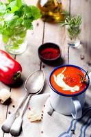tomate, soupe aux poivrons rouges, sauce au romarin