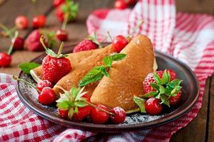crêpes aux fruits rouges et sirop dans un style rustique