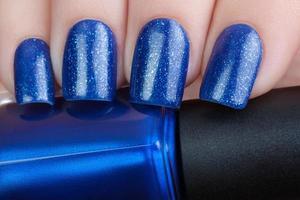 vernis à ongles bleu. photo