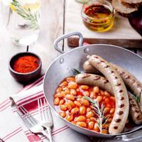 saucisses grillées aux haricots à la sauce tomate