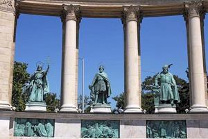 statues place des héros budapest hongrie