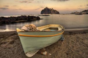 Casle aragonais (île d'Ischia) vue plage ancienne prison au coucher du soleil