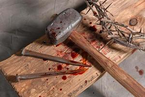 croix, clous, couronne d'épines et malet photo