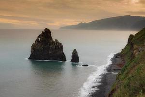 Vue sur les belles montagnes et l'océan de l'île de Madère, Portugal