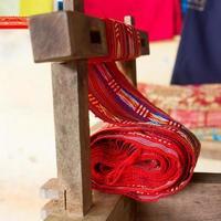 Industrie textile en soie à la main, écharpe sur une vieille machine
