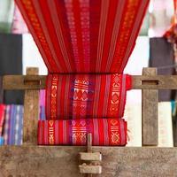 Industrie textile en soie à la main, écharpe sur une vieille machine photo