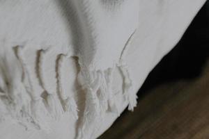 gros plan de tissu textile blanc