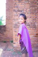 petite fille asiatique en robe d'époque thaïlandaise