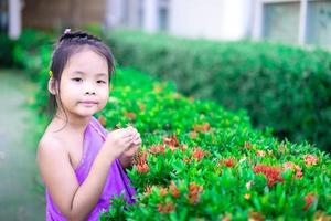 petite fille debout dans le parc