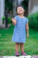 petite fille debout dans le parc photo