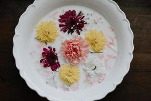 pétales de fleurs dans un bol de lait