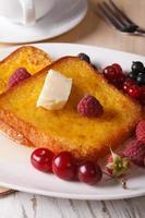 délicieux petit déjeuner: pain grillé français et gros plan de café. verticale photo
