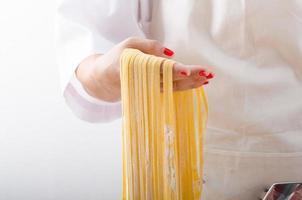 jeune femme chef prépare des pâtes maison