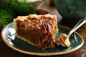 gâteau classique américain aux pacanes et sirop d'érable. photo