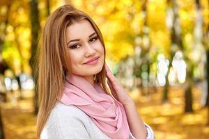 femme dans le parc de la ville automne photo