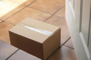 boîte en carton sur la marche avant photo