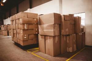 boîtes en carton dans l'entrepôt photo