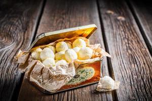 Boules de noix de coco dans une boîte en métal vintage photo