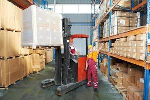 distribution en entrepôt avec chariot élévateur photo