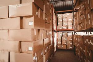 étagères avec boîtes dans l'entrepôt photo