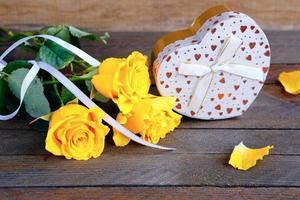 bouquet de roses et un cadeau, Saint Valentin