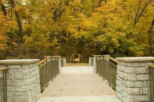 Pont vers la balançoire d'automne, Dayton, Ohio photo