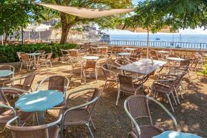 Tables vides dans un café près de la vieille forteresse vénitienne photo