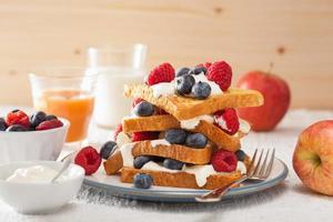 toasts français avec crème fraîche et baies pour le petit déjeuner photo