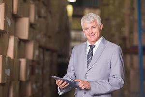 gestionnaire utilisant une tablette numérique dans l'entrepôt photo