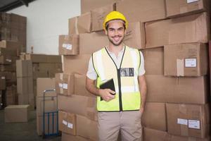 portrait de travailleur dans l'entrepôt photo