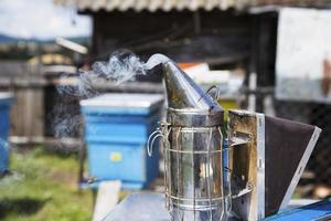Outil d'apiculteur fumeur utilisé pour éloigner les abeilles de la ruche photo