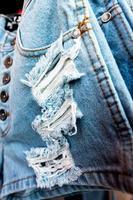 texture de jean bleu avec une déchirure. photo
