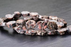 perles de jaspe fossile