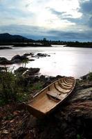 Bateau de pêche sur la cascade de Somphamit, sud du Laos