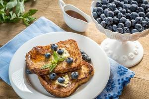 pain doré aux bleuets frais et sirop d'érable photo