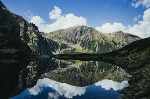 reflet de la montagne dans un lac photo