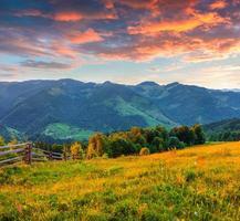 coucher de soleil d'été coloré dans les montagnes des Carpates.