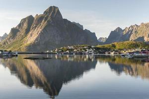 Petit port de pêche reine, îles Lofoten, Norvège photo